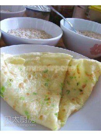 美味早餐饼的做法   ·在面粉中打一只鸡蛋