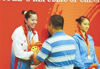 图为:于萌萌站在领奖台上 来源:人民网 摄影/戴平 陈昊天