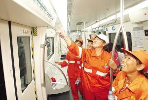 图为:环卫工人体验地铁3号线 来源:天津网-城市快报 摄影/吴迪