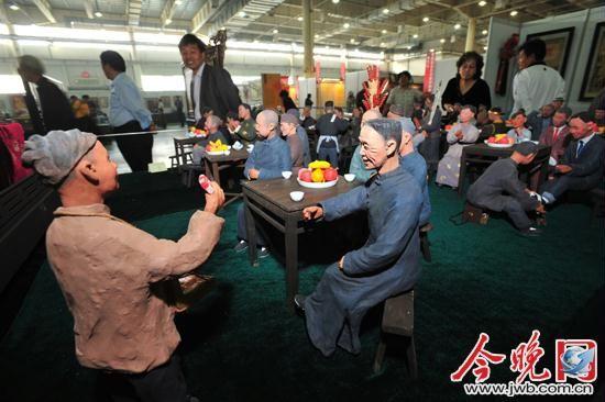 图为天津泥塑家张宝义的彩塑作品《茶馆》在民间艺术展亮相