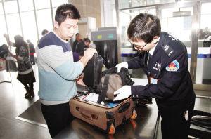 天津站安检人员检查旅客行李 谷岳 摄
