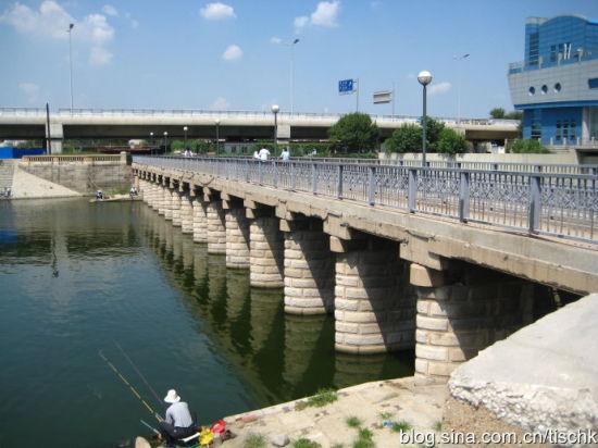 耳闸上的跨河桥