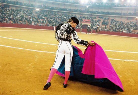 穿着光彩熠熠斗牛服饰的女斗牛士