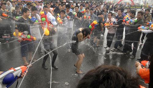 东莞卖身节 美女街头射水玩湿身