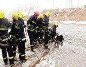消防队员破冰救人