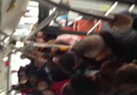 女孩坐公交车未向老人让座遭对方暴打