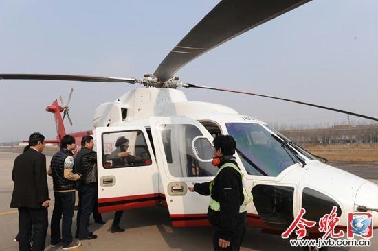 图为游客准备登上直升机。