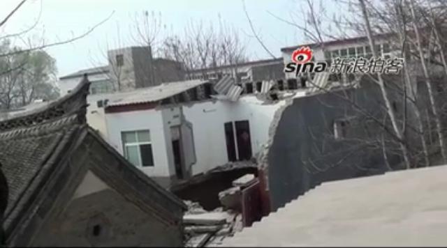 直击河南4间农房坍塌 陷入15米深水坑