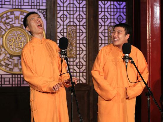 在天津茶馆表演传统相声的年轻演员