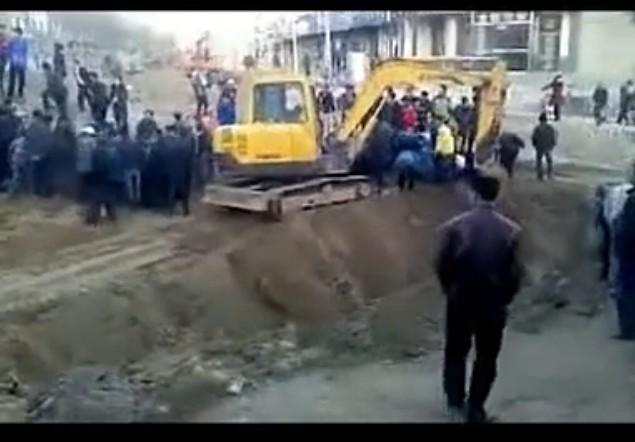 甘肃平凉车站施工挖出铜钱遭众人哄抢