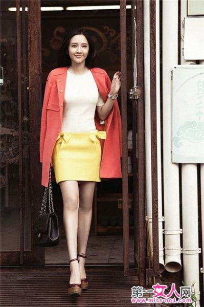 黄色的短裙搭配红色的外套
