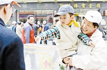 市民在金街为灾区捐款。 本报记者 曹 彤摄
