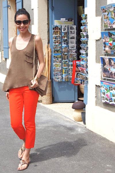 咖色背心+橘红色九分裤
