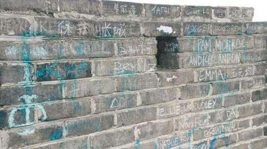 长城是中外游客来北京的必选旅游地,记者发现在长城上也有外国文字的涂鸦。