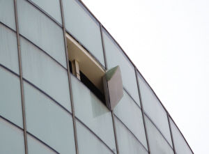 大风刮落商场玻璃