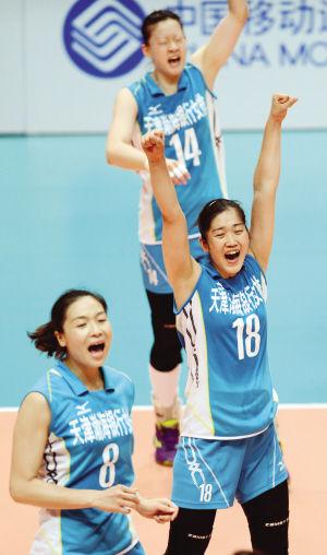 天津女排队员庆祝胜利