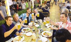 啤酒节昨晚开幕 近万游客狂欢津湾广场