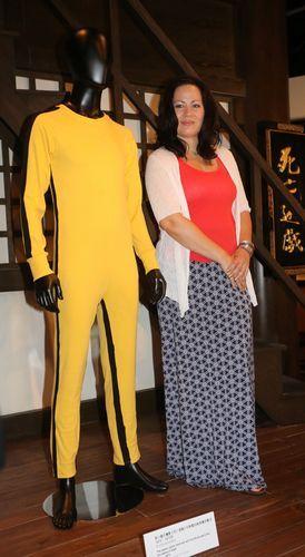 李香凝与李小龙在《死亡游戏》中穿过的黄色战衣合影