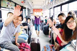 公交8路车队加开了由天津站通往南开大学的校园直通车摄影