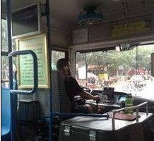 张家口大胆公交司机开车打电话打了十几站地