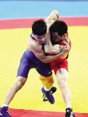 图为:古典式摔跤津将宝力日憾失奖牌。 来源:每日新报 摄影/李锦河