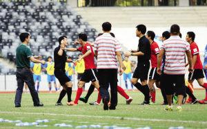 青海队部分球员在上周的比赛中对裁判围追堵截