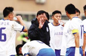 图为:蔺新江为天津老甲A布置战术。来源:球迷报