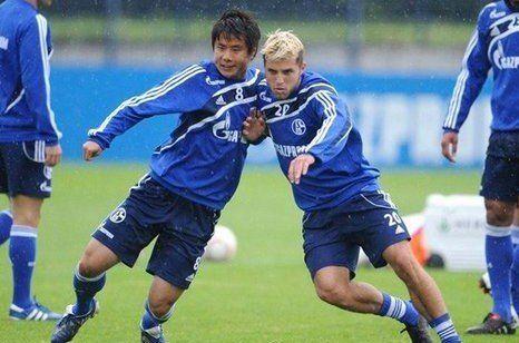 图为:蒿俊闵在沙尔克04的训练中。