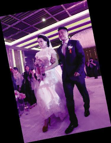 图为:新婚夫妇吕小军和郭喜艳。