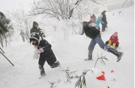 图为:小伙伴们一起打雪仗。