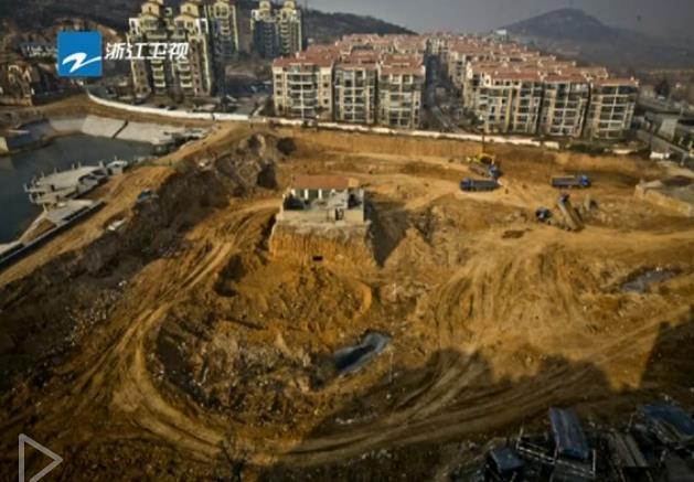 钉子户侵占房屋索拆迁费 被挖成孤岛