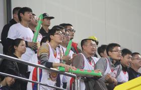天津男篮球迷圣诞夜给力 吉祥物与裁判握手