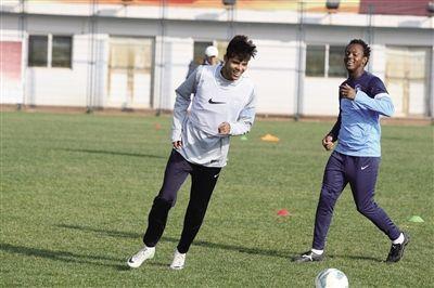 利马(左)在训练中