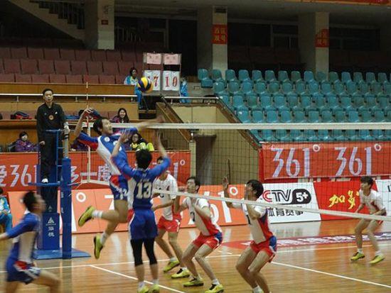 图为:天津男排3-2北航男排赛中。来源:中国排球网