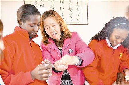 学员在老师指导下学习包饺子