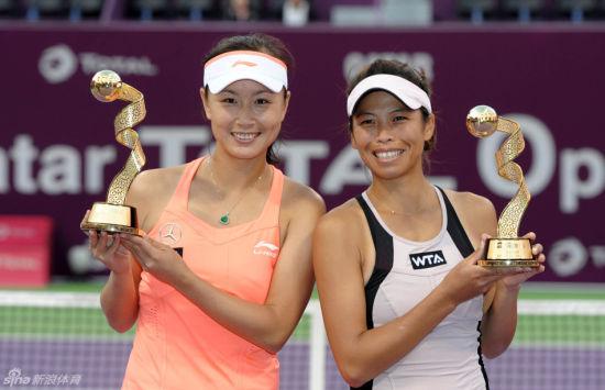 图为:彭帅与谢淑薇组合多哈赛夺冠。