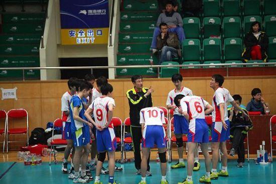 图为:天津男排教练指导队员。