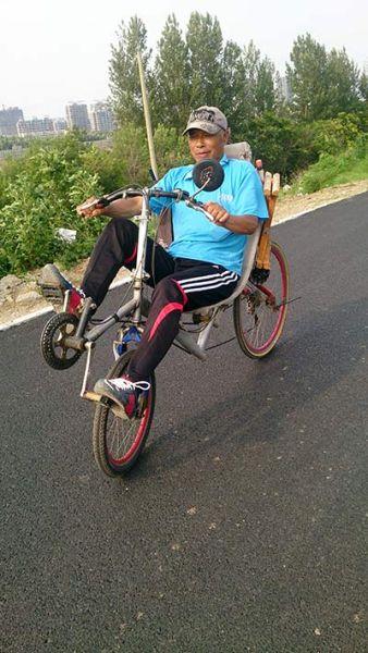 自行车又出新款式 古稀老人改装自行车躺着骑