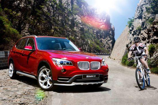 外观方面,新BMW X1的前保险杠向两侧延长了镀铬装饰,使车辆看上去更宽阔,从而更动感;行李厢开口下沿增加了铝制防护条,在保护厢体的同时更便于装卸大件硬质行李,同时具有更佳的视觉效果;新BMW X1引入新设计的17英寸轮圈,呈现出明显的立体雕塑感。此外,BMW X1 18i车型首次引入X设计套装。   丰富的车身颜色一直是X1时尚魅力的重要元素,在马拉喀什棕、瓦伦西亚橙等车身颜色引发热潮之后,新BMW X1又带来了朱砂红车身颜色,既显示了动感活力的内在品质,又散发出成竹在握的沉着气质。   新BMW