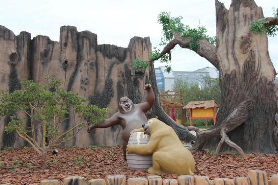 看那大树下一脸沉醉抱着蜜罐