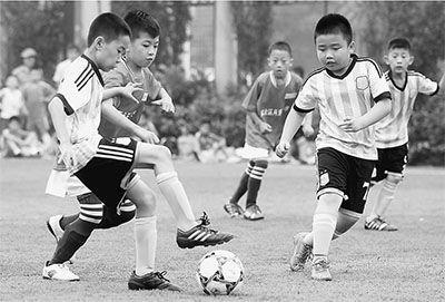 日前,2014天津市中小学校园足球锦标赛在天津市河西区土城小学举行,来自天津各区县的40余支校园男女足球队参加初中、小学各组别的竞赛。比赛为期4天,旨在推广校园足球项目,让更多学生投身绿茵场。(刘东岳摄)