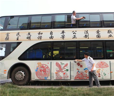 公交车车身图-公益广告现身双层公交车体 践行社会主义价值观高清图片