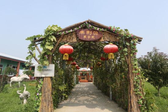 休闲园区规划结构为葡萄采摘区,野生动物养殖区,休闲垂钓区和餐饮