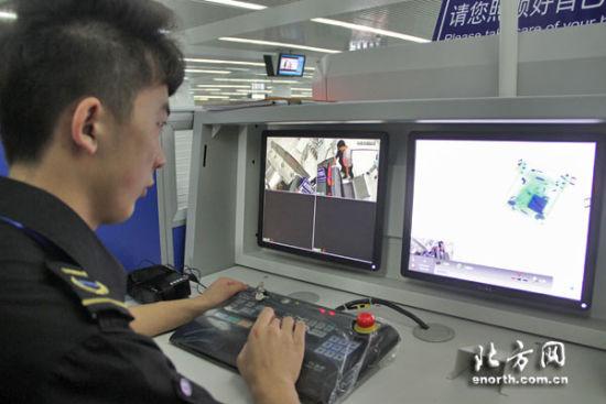 记者体验地铁安检 整体安检不超半分钟