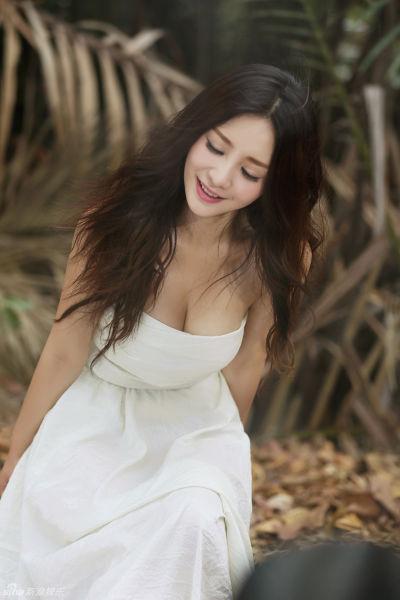 柳岩性感裹胸裙秀乳沟长发飘飘显清纯
