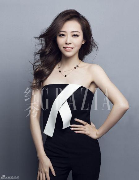 张靓颖登杂志封面抹胸装白衬衫尽显优雅