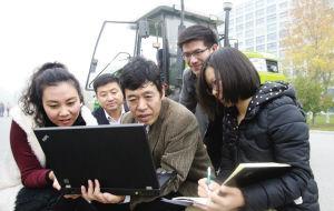 图为现代富博(天津)智能装备科技有限公司董事长陈兵旗博士和研发团队在研究测试农田智能导航系统。