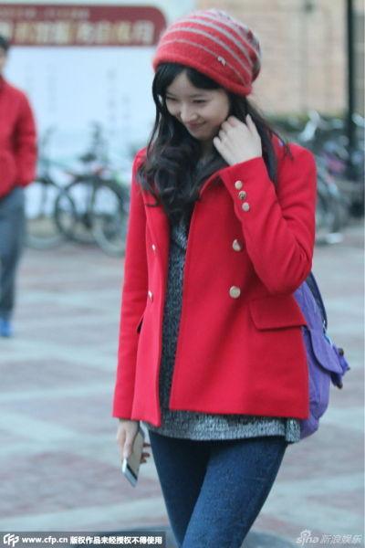 奶茶妹红衣红帽清纯现身低头甜笑显娇羞