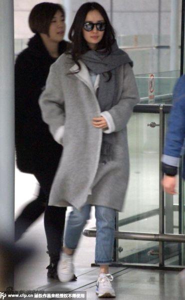 杨幂:灰色蚕型毛呢大衣+破洞牛仔裤+nike白色跑鞋