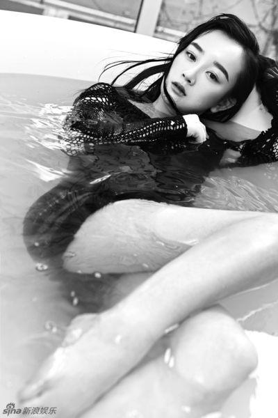 张檬拍浴缸黑白写真出镜诱惑妩媚